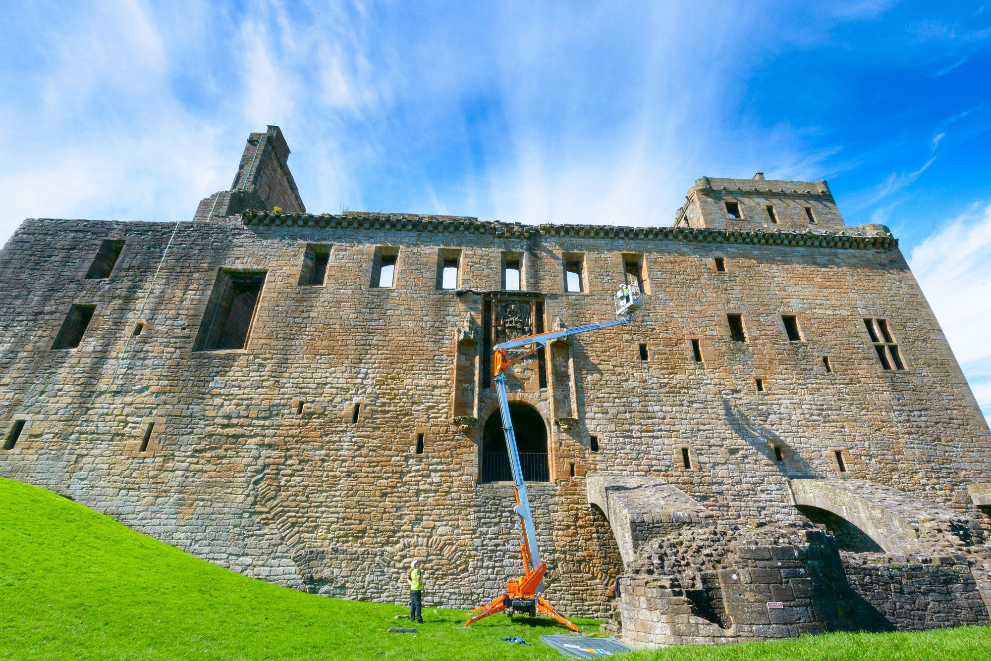 A cherrypicker in front of Linlithgow Palace