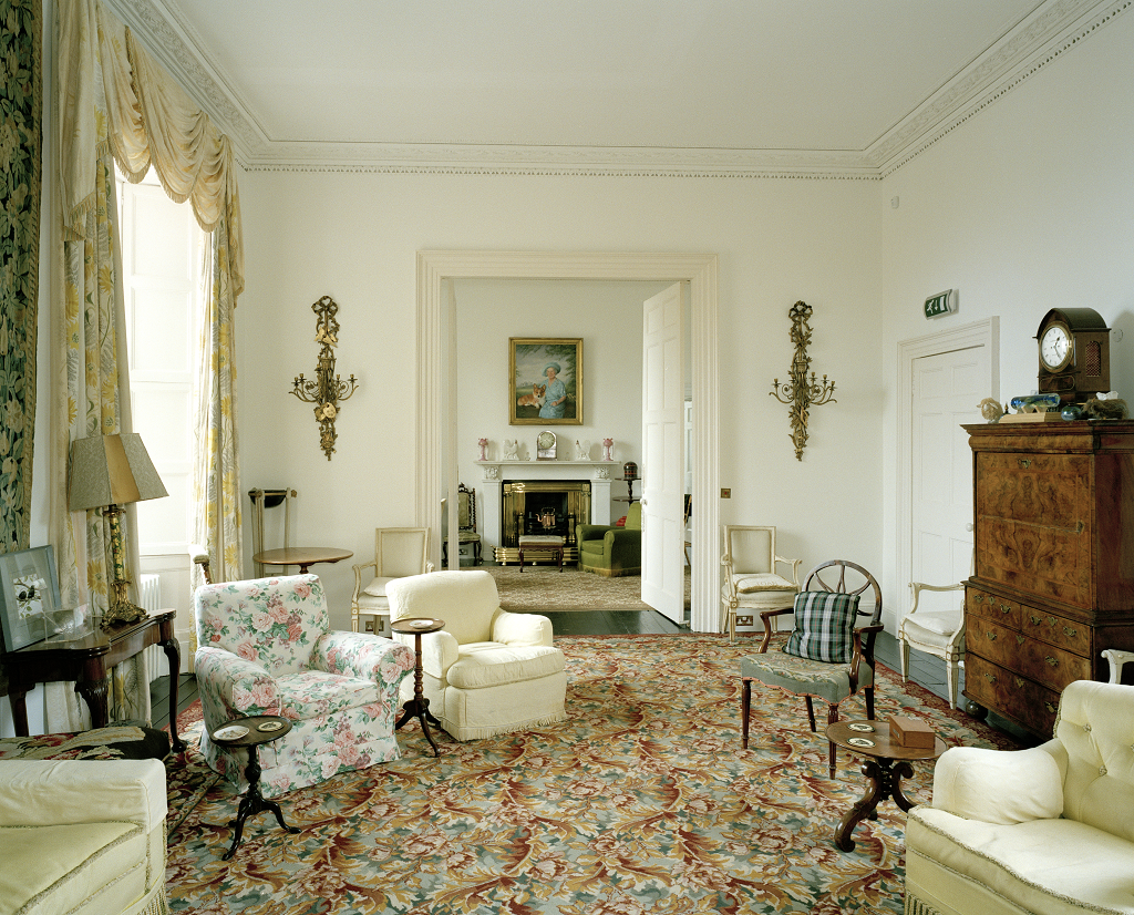 view of a living room with old fashioned carpet and furniture
