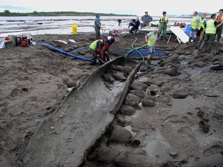 A team excavates and recovers the Carpow log-boat