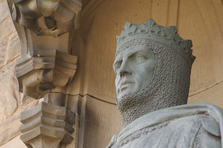 Close up shot of a statue of Robert the Bruce wearing a crown