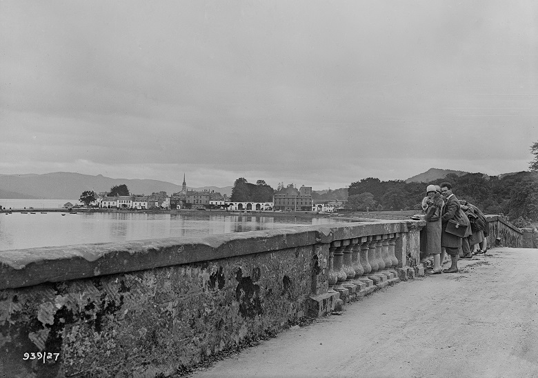 A black and white photo of people standing on Aray bridge