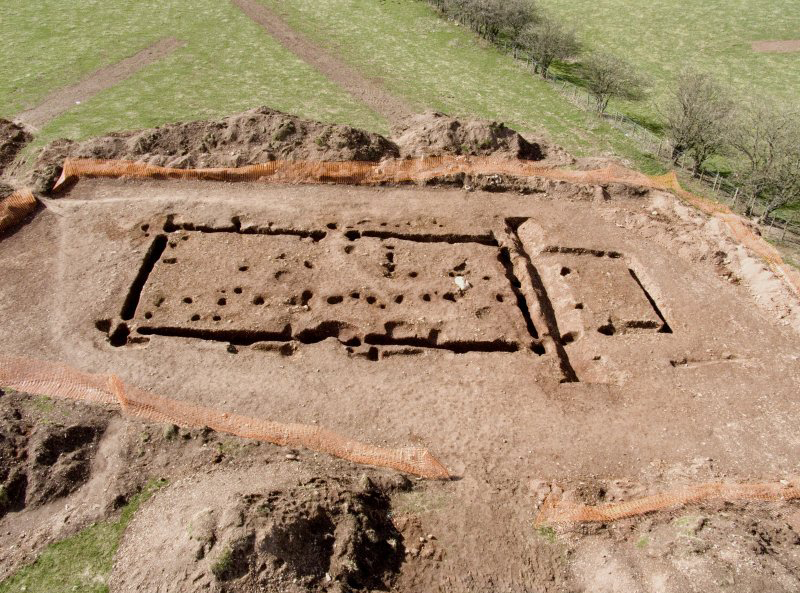An excavation showing a rectangular building.