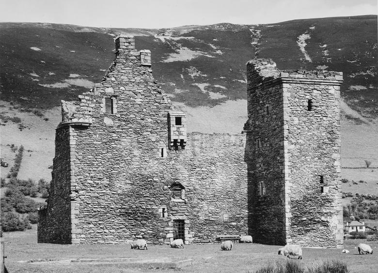 the ruins of Lochranza Castle
